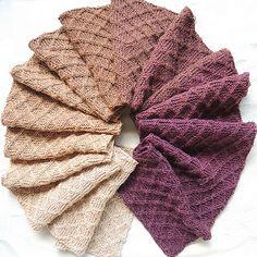 Tørklæde med rombemønster. Langt tørklæde, der er designet til at blive strikket i garn med lange farveskift, der går over i hinanden. Her i 100 % uld på pinde 3½.