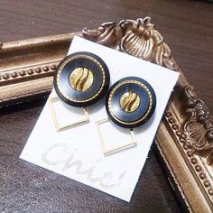 ヴィンテージボタンと、ゴールドの華奢なフレームを組み合わせたイヤリングです。大きめのデザインで、存在感も抜群です。※ボタンのサイズは、左右若干違います。ボタン... ハンドメイド、手作り、手仕事品の通販・販売・購入ならCreema。