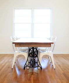 DIY dining table from vintage sewing machine Furniture Projects, Furniture Makeover, Diy Furniture, Furniture Design, Diy Projects, Old Sewing Machine Table, Antique Sewing Machines, Singer Sewing Tables, Restoring Old Furniture