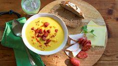 Was gibt es schöneres, als an einem stürmischen Herbsttag nach Hause zu kommen und dort eine wohlig warme Suppe zu genießen? Wir bereiten unsere pikante Kürbissuppe zu - lecker!
