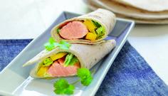 Lag en smakfull wrap med laks og mangosalat til lunsj eller som lett middag. Dette er en oppskrift som er spennende og enkel å lage.