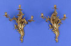 Paar Wandappliken im Louis XV-Stil Dreiflammig. Reicher Reliefdekor. Bronze, vergoldet. Bohrungslöcher für Elektrifizierung. H 52 cm