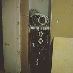5 - Eteishalli jaettiin kahden eri asunnon välillä. Tässä yhteydessä käytettiin uutta seinärakennetta hyväksi ja piilotettiin uusi talotekniikka sen sisään. Tässä tulevan sähköpääkeskuksen paikka. Koska lattialaudat jouduttiin nostamaan eristeiden vaihdon takia, saatiin sähkövedot piilotettua lattiapinna alle.