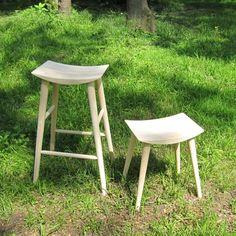 【日本製 国産】本質を知るものが辿り着くハイスツール。曲線を生かした意匠と木の優しさの融合。デザインだけではない上質な掛け心地も体感できる椅子(イス)。置くだけで、まるでデザイナーズ家具のような佇まいが暮らしにアクセントを生み出します。