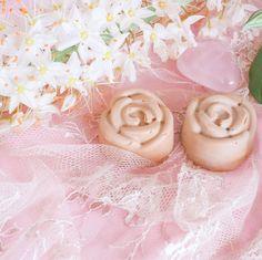❤️💎💫🌷⠀ Mohani in Rosenform - limitierte Version nur ganz wenige Stücke. Ich denke diese Version ist eine wunderbare Idee für Tage wie Weihnachten, Valentistag, Muttertag usw. ⠀ ⠀ Dafür werde ich sie vermutlich aufsparen:-) Aber ausprobieren musste ich sie schon mal.⠀ ⠀ Hüpf gleich rüber und sichere dir ein Stück Rose. Das Gewicht ist etwas schwerer als die Würfel, so um die 20 - 25 Gramm.⠀ 🌸✨🌸💎💫⠀ ⠀ 🖤#puurpurmoments #puurpurlife⠀ ⠀ ⠀ #skincare #natürlichehautpflege… Girls Dresses, Flower Girl Dresses, Gramm, Wedding Dresses, Flowers, Helichrysum Italicum, Natural Skin Care, Dresses Of Girls, Bloemen