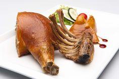 Cochinillo. Pre-calentar el horno a 200º aprox., sacar de la bolsa e introducir en el horno durante 35-40 min. hastaque la piel quede dorada y crujiente. Truco, pincha la piel antes de introducirlo en el horno para evitar que aparezcan burbujas y conseguir una presentaciónexcelente. Puedes acompañarlo con nuestras patatas dado, una ensalada o incluso con un cus-cus!! #recetas #comida #cocina #yatecomere #Pontevedra $40.87