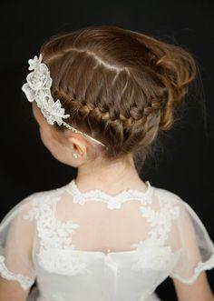 coiffure petite fille d'honneur: tresse décoiffée sur le côté et diadème