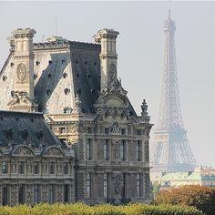 Vue de la @toureiffelofficielle depuis le Louvre. Photo @biarritzturismo #regram #repost #Louvre #museeduLouvre #Paris #Parisjetaime #bonsamedi