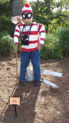 Waldo was recently found at the Scarecrow Festival - All For Garden Diy Halloween Decorations, Halloween Themes, Halloween Crafts, Fall Decorations, Scarecrow Festival, Diy Scarecrow, Scarecrows For Garden, Fall Scarecrows, Garden Crafts