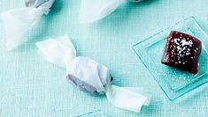 Hjemmelavede karameller er bare gode, men måske synes du, de er lidt svære at lave. De kræver, at du passer gryden hele tiden og stopper kogningen, inden massen får for meget og krystalliserer. Husk! Det er forbudt for børn, da sukkermassen er meget varm