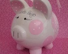 Hucha de púrpura  personalizado Personalized Piggy Bank, Personalized Baby Shower Gifts, Cute Piggies, Piggy Banks, I Shop, Gift Wrapping, Diy, Prints, Teacup Pigs