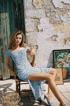 Shop Faithfull The Brand Castilo Floral Midi Dress at Urban Outfitters today. Boho Outfits, Summer Outfits, Cute Outfits, Fashion Outfits, Summer Dresses, Parisian Style Fashion, Boho Fashion, Film Fashion, 1970s