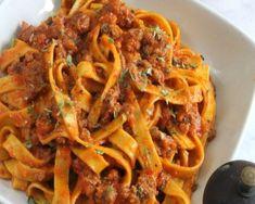 Tagliatelle recipe with pesto alla calabrese. Simple Italian pasta recipe ideal to vary in our recip Yummy Recipes, Best Dinner Recipes, Healthy Chicken Recipes, Vegetable Recipes, Cooking Recipes, Baked Spaghetti Casserole, Pesto, Italian Pasta Recipes, Cooking Spaghetti