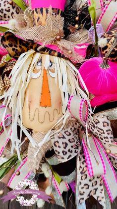 Holiday Door Wreaths, Autumn Wreaths, Wreaths For Front Door, Wreath Fall, Cute Halloween Decorations, Fall Decorations, Primitive Fall Decorating, Fall Scarecrows, Scarecrow Wreath