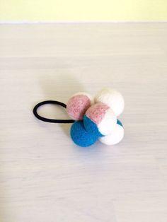 羊毛フェルトで作ったヘアゴムです。今の時季だと、空と桜のイメージですね。( ^ω^ )[素材]フェルト玉 ウール100%その他使用材料 ヘアゴ...|ハンドメイド、手作り、手仕事品の通販・販売・購入ならCreema。