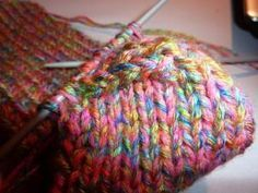 Tak jsem konečně našla ten slibovaný popis na ponožky pletené na dvou jehlicích.Doufám,že mu budete rozumět, a že podle něj upletete ponožky... Ocicat, Textiles, Free Crochet, Diy And Crafts, Slippers, Knitting, Handmade, Board, Scrappy Quilts