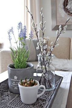 Bring the Spring in! dekorieren pflanzen Bring the Spring in! Spring Decoration, Spring Home Decor, Arreglos Ikebana, Deco Nature, Decoration Plante, Deco Floral, Decorating Coffee Tables, Winter House, Traditional Decor
