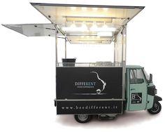 Autonegozio ape catering per gastronomia ambulante. Veicolo street food con vetrina frigo e 2 friggitrici. Ape car perfetto per eventi e feste.