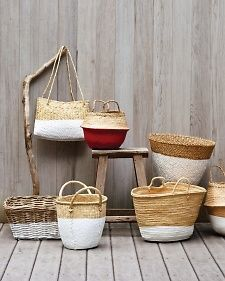 Need basket decoration ideas? This dip-dye technique is the perfect way to update your old baskets for a fresh, clean finish. See how to do it here! Rustic Baskets, Old Baskets, Wicker Baskets, Woven Baskets, Ikea Basket, Cheap Baskets, Towel Basket, Making Baskets, Bushel Baskets