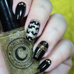 "Ana✨Nail Art-Tutorial-Swatches en Instagram: ""Hi loves!!! ❤️❤️❤️ . Today make a rock nails style! I love the result, black and gold are gorgeous combination!✨✨✨ I use the following . 'Cha Ching' from @coloresdecarol  . Vinyls from @vinyl_boutique  .  Cool charm from @daily_charme  . Onyx from @opi_products"