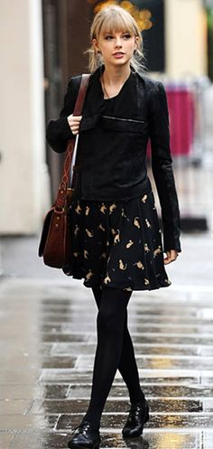Taylor Swift in a cat print skirt paired with oversize studs, a motorcycle jacket, brown satchel and lace-up brogues. Estilo Taylor Swift, Taylor Swift Style, Look Oxford, Fashion Beauty, Womens Fashion, Street Style Looks, Her Style, Lady, Celebrity Style