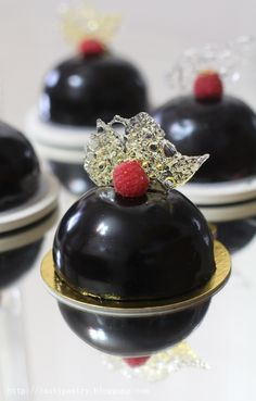 Raspberry choco mousse+ how to make sugar bubble //Ani Oakley// (Chocolate Glaze Mirror) Small Desserts, Fancy Desserts, Just Desserts, Delicious Desserts, Zumbo Desserts, Mirror Glaze Recipe, Chocolate Mirror Glaze, Gourmet Recipes, Dessert Recipes