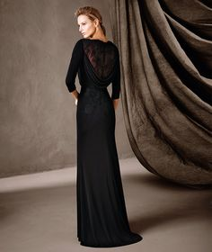 COIMBRA, Elegant long mermaid dress with 3/4 sleeves and a v-neckline. An understated dress full of unique details, such as an exquisite combination of jersey, Chantilly and gemstone embroidery that shows off the entire body.