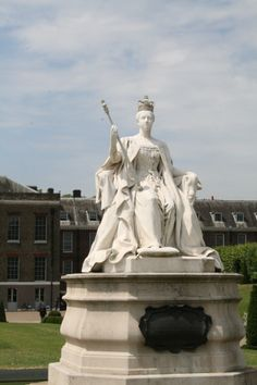 Statue outside of Kensington Palace in Hyde Park
