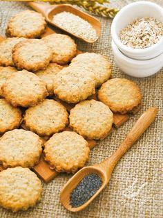 Se cercate una ricetta per preparare a casa dei bisottini semplici e genuini, cimentatevi nei Biscotti ai fiocchi d'avena e semi di papavero!