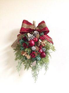 『冬支度ハンドメイド2017』発送は10月14日〜になります。○アーティフィシャルフラワー☆クリスマススワッグ02☆今年のクリスマスはスワッグを飾りたい!!ヨーロッパではリースと並んで魔除けや幸せを呼ぶ飾りとして飾られています。玄関やお部屋の壁に吊るしていただくだけで、クリスマス気分が高まります。クリスマスにピッタリな赤を基調にしました。木製のツリーオーナメント、シナモンスティックと一緒にアレンジしたので、派手すぎない可愛いスワッグになりました。○スワッグ 縦 約43㎝ 横 約28㎝アーティフィシャルフラワー柊ユーカリヒバリーフパインピック シルバーラメ松かさ スノー ナチュラル木ノ実 ゴールドゴールドリーフ姫リンゴ木製ツリーオーナメント ナチュラル2色シナモンスティックリボン クリスマスレッド レッド×ゴールド☆メッセージのお返事遅くなる場合がありますがご了承ください。