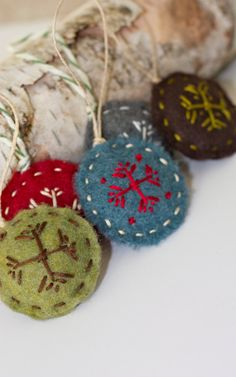 I can make these.  I want to change up my Christmas Tree ornaments this year.  Love these colors.