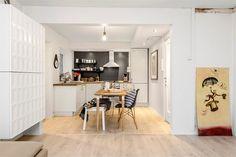 6-cozinha-americana-parede-preta-cadeira-charles-eames