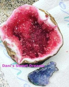 Heute zeig ich euch wie man ganz leicht aus Zucker, glitzernde Steine macht. Super geeignet als Deko für eine Torte. Auf Facebook und Instagram findet ihr je...