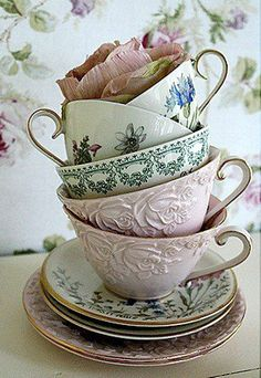 Vintage tea cups – If I had these on every table for a tea/coffee service after dinner… I would be QUITE happy. Time to troll the thrift stores. More Vintage tea cups – If I had t Vintage Dishes, Vintage China, Vintage Teacups, Vintage Floral, Café Chocolate, Tee Set, Teapots And Cups, My Cup Of Tea, Tea Cup Saucer