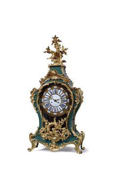 Cartel d'applique en bois laqué bleu vert, cadran signé de Gille l'Aîné à Paris, ornements de bronze doré, époque Louis XV, h. 92 cm. Frais compris : 2 400 €. Troyes, samedi 24 janvier. Boisseau-Pomez SVV.
