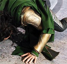 I love how he just casually moves his cape without looking like it's in his way and hindering him from moving. <<-- Tom/Loki is always poetry in motion ☺♥ Loki Avengers, Loki Thor, Tom Hiddleston Loki, Marvel Avengers, Marvel Comics, Loki Laufeyson, Marvel Universe, Loki Cosplay, Asgard