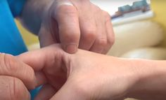 Pri bolesti ramena si masírujte tento bod: Rýchla pomoc bez liekov, ktorá prinesie úľavu!