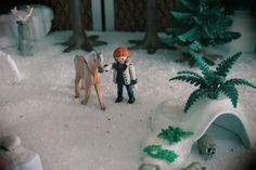 Prince hans en playmobil reine des neiges  Ma Fille Alizée partage la même passion que moi pour les Playmobil. Pour les besoins d'une exposition Playmobil, elle a réalisé un diorama basé sur le dessin animé de la Reine des Neiges de Disney.     Comme Playmobil n'a pas commercialisé de licence Disney, Alizée a customisé (modifié) des personnages Playmobil pour représenter les principaux personnages de la Reine des Neiges. Prince Hans, Licence, Diorama, Comme, Goats, Passion, Disney, Animals, Characters From Frozen