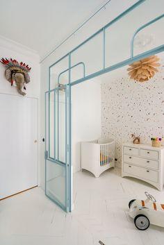 〚 Exotic wallpaper, yellow sofa and gold details: bright apartment in Paris 〛 ◾ Photos ◾Ideas◾ Design Bedroom Loft, Bedroom Apartment, Kids Bedroom, Bedroom Decor, Room Kids, Decoracion Vintage Chic, Bright Apartment, Dark Interiors, Trendy Bedroom