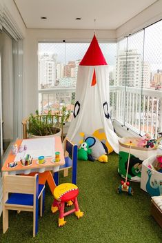 Check out how to set up a toy library at home and ensure the enjoyment of the children! Beautiful models for inspiration and choose the best furniture. Small Balcony Design, Small Balcony Decor, Baby Play Areas, Kids Play Area, Backyard Play, Backyard For Kids, Playroom Decor, Baby Room Decor, Terrace Decor