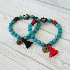 find us here-> https://lacaravanetzigane.com/ Bracelet bohème à pompons perles de pierre par LaCaravaneTzigane