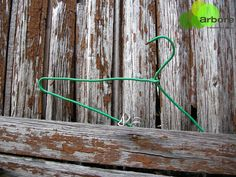 Unha percha nun hórreo... ás veces as cousas simplemente están aí, sen sentido aparente. #galicia #patrimoniorural #patrimoniocultural #patrimoniovivo #pola_beleza_do_absurdo