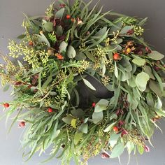 Fragrant willow and seeded eucalyptus, berries, and seasonal accents drape for a lushand natural look.