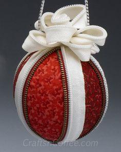 Deve-fazer enfeites de Natal utilizando tecidos e zíperes velhos.  CraftsnCoffee.com