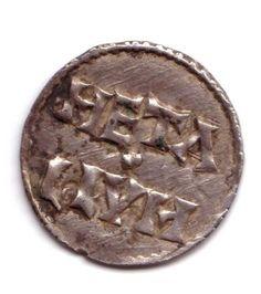 Coll Melle revers denier Charles le Chauve. -En 843, par le traité de Verdun, Lothaire Charles et Louis se partagèrent l'empire. Tous les pays situés à l'ouest de l'Escaut, de la Meuse, de la Saône et du Rhône revinrent à Charles. En 875 il se rendit en Italie où il se fit couronner empereur par le pape Jean VIII. Après la mort de son frère Louis le Germanique survenue le 28 juillet 876, Charles annexa ses territoires.
