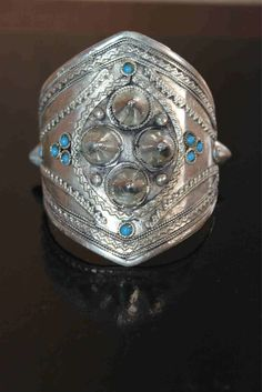 Brazalete Etnico de alpaca con incrustaciones en turquesa Boho, Cuff Bracelets, Silver, Jewelry, Fashion, Latest Fashion Trends, Bracelet, Turquoise, Style