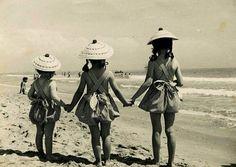 """""""Mis+tres+hermanas+mayores,+Cruz,+Balbi+y+Reyes,+en+la+playa+de+Valencia+en+1956""""."""