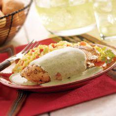Esta crema de cilantro sobre pollo es fácil de hacer y sabe deliciosa. Sírvela en reuniones especial...