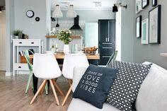 salón decorado en tonos gris y mint