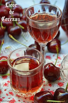 Hoy os dejo un licor de cerezas super fácil de hacer y que estoy segura que os encantará. Aunque no lo consumamos tal cual, siempre nos vend... Liquor Drinks, Fruit Drinks, Cocktail Drinks, Alcoholic Drinks, Cocktails, Wine Recipes, Cooking Recipes, Homemade Liquor, Mint Lemonade